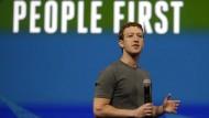Der Unternehmer als technologischer Aufklärer und sein Slogan: Mark Zuckerberg bei einem Vortrag auf der Facebook Developer Conference in San Francisco Ende April dieses Jahres