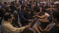 Angehörige und Freunde nehmen Abschied von dem ermordeten Journalisten Javier Valdez. Er war in seiner Heimstadt Culiacán auf offener Straße erschossen worden.