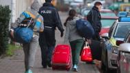Abgelehnte Asylanträge: Werden die Eltern abgeschoben, müssen die Kinder mit ihnen gehen.