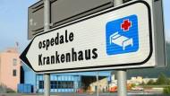 Krankenhaus heißt ospedale – hier in Bozen steht es zweisprachig, weiter im Süden sollte man dieses Wort sicherheitshalber selbst kennen.
