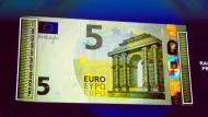 In dieser Woche wurde ein neuer Fünf-Euro-Schein vorgestellt. Verwenden werden wir ihn immer seltener.