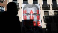 Plakat von Pedro Sanchez an der PSOE-Zentrale in Madrid.