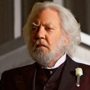 """""""Das Lied von Vogel und Schlange"""" erzählt aus seiner Jugend: Donald Sutherland als Präsident Snow in einer Szene des Films """"Die Tribute von Panem – Tödliche Spiele""""."""