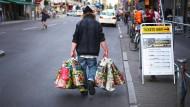 Pfandflaschensammler im August 2017 auf der Berliner Friedrichstraße