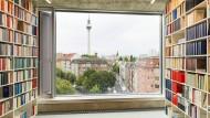 Zimmer mit Aussicht: Blick aus dem vierten Stock des neuen Suhrkamp-Hauses auf den Rosa-Luxemburg-Platz und den Fernsehturm am Alexanderplatz.