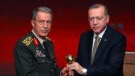 Üb' immer Redlichkeit: Erst Mitte März wurde der Generalstabschef Hulusi Akar (l.) von Präsident Erdogan mit einem Preis für besondere Treue ausgezeichnet.