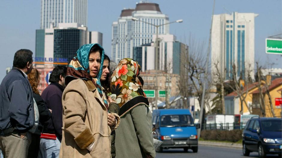 Shafaks Hauptfigur Leila flieht nach Istanbul, und natürlich lässt ihr die Stadt nur die Wahl zwischen Pest und Cholera.