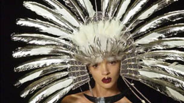 Haute Couture schwelgt üppig in Seiden, Perlen und Spitzen