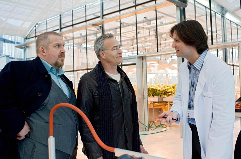 Im Gentechnik-Labor: Die Kommissare Schenk (Dietmar Baer, links) und Ballauf (Klaus J. Behrendt) mit dem smarten Weißrock Rubner (Misel Maticevic)