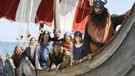 Eine liebgewonnene Rasselbande: Wickie (Jonas Haemmerle, 2.v.r.) geht mit seinem Vater Halvar (Waldemar Kobus, r.) und dessen Freunden auf Abenteuerfahrt