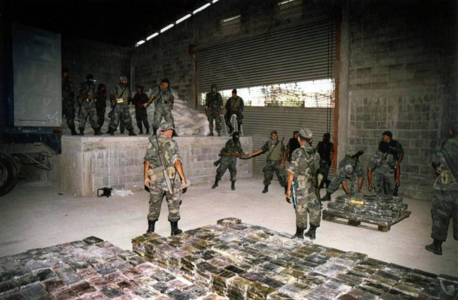 Die mexikanische Armee mit zehn Tonnen Kokain, die beschlagnahmt wurden.