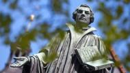 Schon in den 1520er Jahren wurden im Hinterraum einer Gastwirtschaft in Cambridge seine eingeschmuggelte Schriften debattiert: Martin Luther – als Denkmal im thüringischen Möhra.