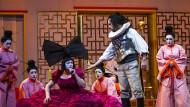 Das Pekino der opulenten Kostüme: Turandot (Catherine Foster, vorne links) und Calaf (Martin Muehle, vorne rechts).