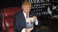 """Ein Mann, ein Buch: Donald Trump im November 2015 bei der Vorstellung seines Buchs """"Crippled America - How to Make America Great Again"""" im Trump Tower in New York"""