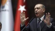 Gegner von gestern sind Verbündete von morgen: Recep Tayyip Erdogan stimmt seine Anhänger auf alles Mögliche ein.