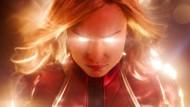Sie sieht aus, wie sich Madonna immer anhören wollte: Brie Larson als Carol Danvers brennt mit einem Blinzeln Löcher ins Universum.