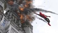 Eben noch Denkmal, jetzt schon Ruine, da hängt alles vom Schwung der Retter ab: Peter Parker (Tom Holland) bei der Arbeit.