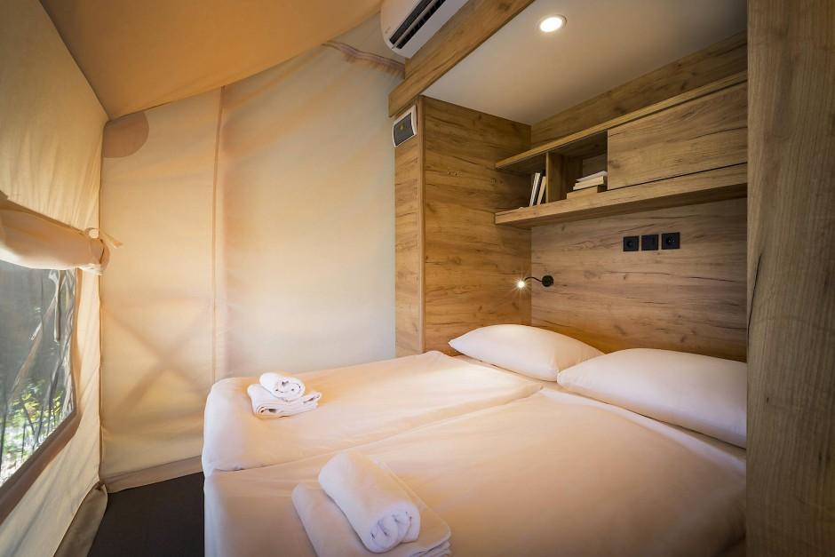Statt Schlafsack gibt es im Luxuszelt gemütliche Doppelbetten, Etagenbetten für die Kinder und sogar ein Maisonettebett.