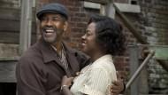"""Die Gegend, wo man wohnt, mag trist sein, aber wie man damit umgeht, kann man selbst bestimmen: Denzel Washington und Viola Davis in """"Fences""""."""