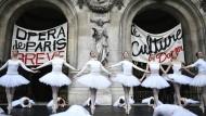 Getanzter Protest: Heiligabend vor dem Pariser Palais Garnier