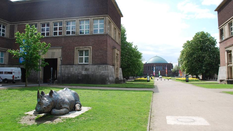 Dass das städtische Museum Kunstpalast heißt, spricht Prachtbände: Im Düsseldorfer Ehrenhof soll auch das Deutsche Fotoinstitut seinen Platz finden.