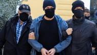 Der Intendant des griechischen Nationaltheaters Dimitris Lignadis wird abgeführt.