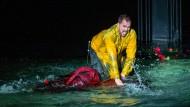 Teuflische Eifersucht: Don José (Daniel Johansson) ertränkt Carmen (Gaëlle Arquez) im Bodensee.