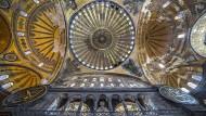 Vier Engel flankieren die Kuppel an der Decke des Innenraums der Hagia Sophia.