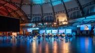 Blick in die Frankfurter Festhalle mit ARD-Bühne.
