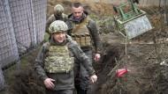 Wolodymyr Selenskyj (l), Präsident der Ukraine, beim Besuch der vom Krieg betroffenen Region Donezk im Osten der Ukraine.