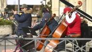 Musiker spielen am 19. Februar auf dem Münchner Odeonsplatz und bitten um Spenden.