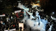 """Mit aller Härte gegen Kritiker: Bei der Erstürmung der Zeitung """"Zaman"""" setzte die türkische Polizei am Freitag in Istanbul Tränengas und Wasserwerfer ein."""