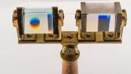 Zwei Prismen von Flint- und Crownglas: Farben seien vom Auge erkannte Realien, keine Spaltprodukte des Lichts, beharrte Goethe. Die weitere Forschung sollte ihn widerlegen.