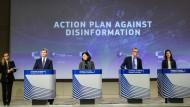"""Schade, wenn die EU zwar einen """"action plan"""" zu Bekämpfung der Desinformation (hier vorgestellt am 5. Dezember 2018 in Brüssel) erstellt, die britische Regierung aber ganze eigene Social-Media-Kampagnen zur Manipulation finanziert."""