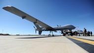 Eine Drohne der US-Armee des Typs MQ-9 Reaper steht in Holloman im Flugausbildungszentrum der Luftwaffe der Bundeswehr auf der Holloman Air Force Base der US Air Force.
