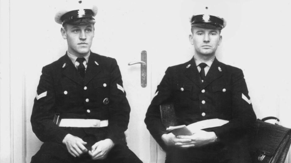 """Nicht die betroffenen Ressorts sollen über die Gefährdung des Landes entscheiden: Bereitschaftspolizisten bewachen im Oktober 1962 den Eingang zu den Dokumentationsräumen der """"Spiegel""""-Redaktion."""