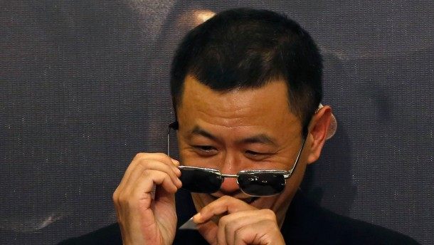 "Director Wong removes confetti from sunglasses after beats drum with cast members at premiere of ""The Grandmaster"" in Hong Kong"
