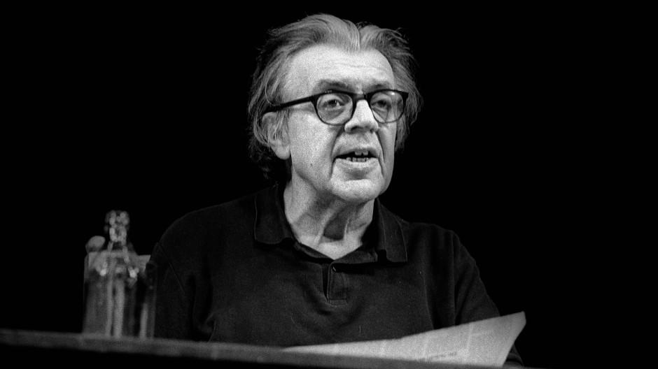 Aufgetreten ist er bis zuletzt: Erich Fried (1921 bis 1988) bei einer Lesung im Deutschen Theater in Berlin im Oktober 1988.
