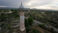 Zeugnis eines Nationalitätenkonflikts: Die zerstörte und verlassene Stadt Aghdam in Nagornyj Karabach auf einer Aufnahme aus dem Jahr 2012, im Vordergrund die Moschee.