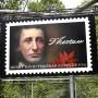 Henry D. Thoreau ist sogar eine Briefmarke gewidmet. Ihr übergroßes Pendant erstrahlt an jenem Ort, an dem er einst sein Haus in den Walden Woods bei Concord in Massachusetts errichtete.