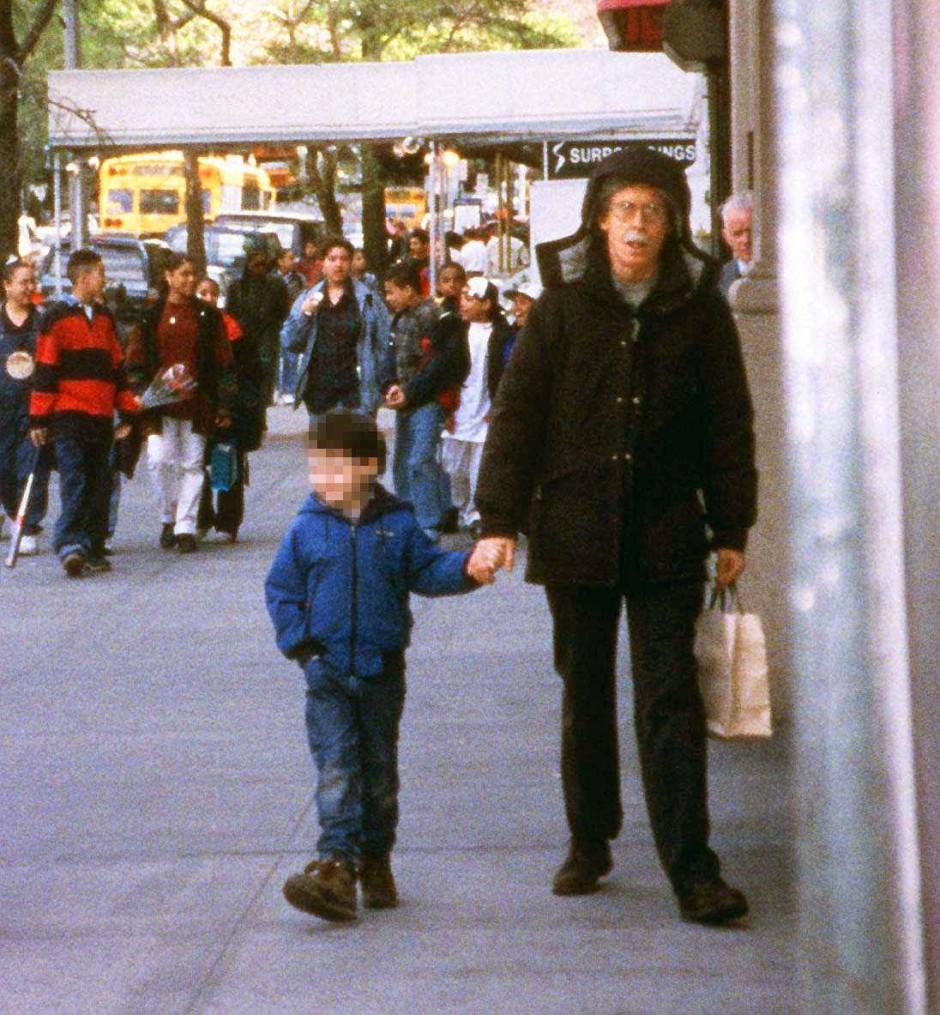 Extrem fotoscheu: Der amerikanische Schriftsteller Thomas Pynchon, 1937 auf Long Island geboren, in unbekannter Begleitung 1997