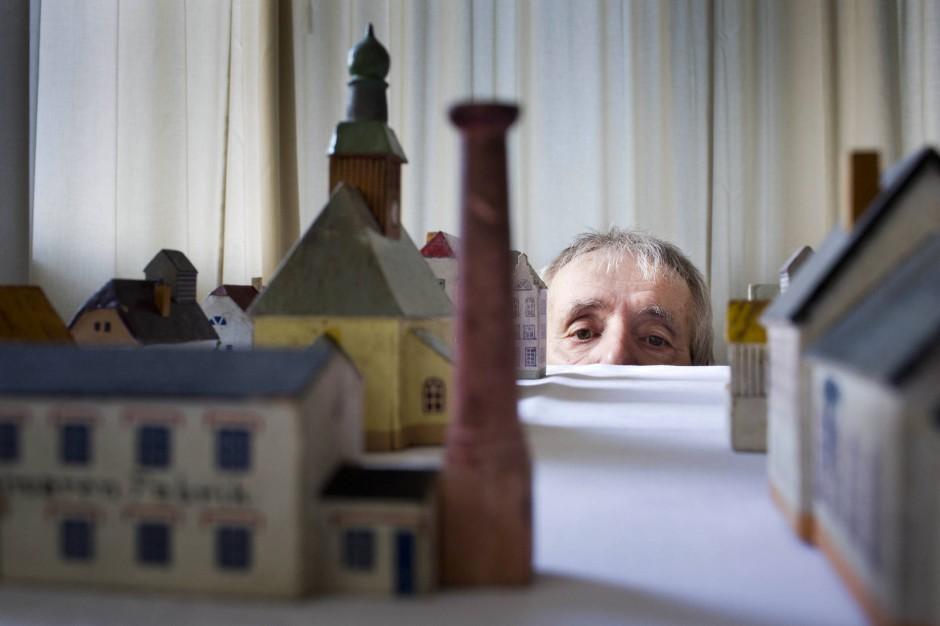 Frohburg im Kleinformat: Bemalte Häuschen aus dem Erzgebirge, die zweite Sammlung neben der von Romanmaterial.