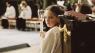 Wie ungerecht ist eine Tradition, die Jesus begründet hat? Das Thema Frauenweihe könnte auch diese Messdienerin einst beschäftigen.