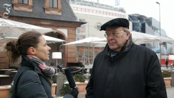 Unterwegs: Wilhelm Genazino mit F.A.Z.-Redakteurin Lena Bopp an der winterlichen Frankfurter Hauptwache