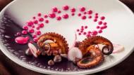 """Virgilio Martinez vom """"Central"""" in Lima kocht in Salzburg mit Kaktussamen auf: """"Oktopus, violetter Mais, Airampo"""""""