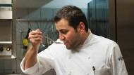 """Ali Güngormüs in der Küche seines Hamburger Restaurants """"Le Canard"""""""