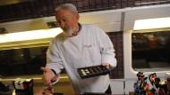 Hans Dampf der Patissierskunst: Ende 2012 hat Yves Thuries einen TGV an der Pariser Gare du Nord in ein Schokoladenmuseum verwandelt. Eine Zeitschrift trägt seinen Namen.