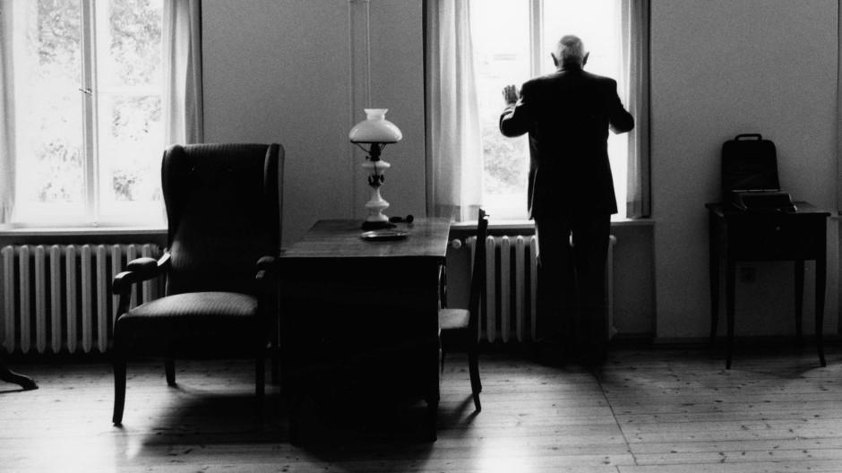 Marcel Reich-Ranicki in der Wohnung von Berthold Brecht, Berlin 1999