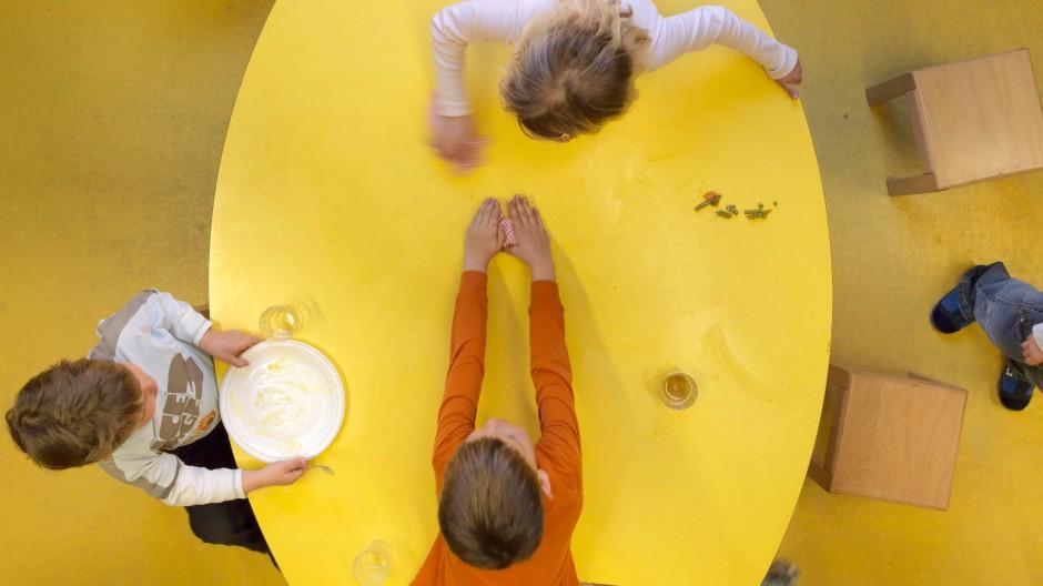 Wird da am Ende einer auffällig? Bei Tisch in einer Berliner Kindertagesstätte