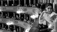 Der Vorhang ist noch unten, aber das Spektakel hat schon begonnen: im Zuschauerraum der Mailänder Scala.